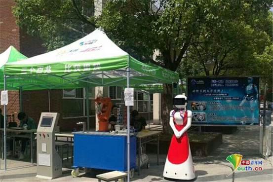 武汉高校迎新  机器人上阵