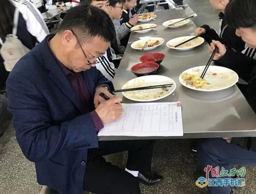 宜春市积极落实中小学幼儿园校长陪餐制度