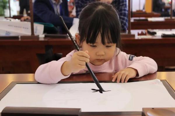 青岛西海岸新区育才初级中学打造智慧书法教室,国内外教育专家齐观摩